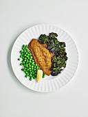Backfisch mit Grünkohl-Chips und Erbsen