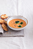 Tomaten-Orangensaft-Suppe mit Chlorella-Kaviarersatz