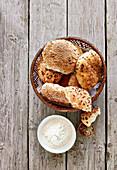 Verschiedene Kornbrötchen im Brotkorb