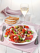 Paradeisersalat mit roten Zwiebeln