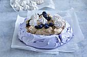 Blaubeer-Pavlova mit Bananeneis