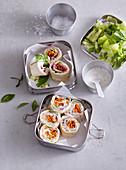 Tortillaröllchen gefüllt mit Schinken und Gemüse in Lunchbox