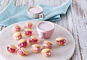 Süße Muschelkekse mit rosa Cremefüllung