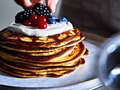 Protein-Pancakes mit Skyr und Beeren