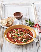Italienische Tomatensuppe mit Orzo und Fleischbällchen