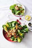 Blattsalat mit knusprig gebackenen Parmesan-Brotstücken zu Weihnachten