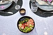 Poke Bowl mit Lachsröllchen, Edamame und Heidelbeeren