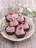 Chocolate tartlets with strawberry cream