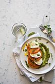 Gelber Tomaten-Caprese-Salat auf Pesto