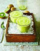 Kiwi-Smoothie auf Crushed Ice