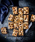 Bakewell Blondies mit Kirschen und Mandelblättchen