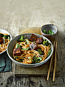 Fünf-Gewürz-Nudeln mit Tofu und Brokkoli
