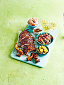 Gegrillte marinierte Schweinerippchen mit Essiggurken und Salat