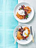 Maispuffer mit schwarzer Bohnensalsa und pochiertem Ei