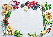 Stilleben mit Gemüse, Obst, Nudeln und Samen