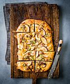 Italienisches Fladenbrot mit Birne, Walnuss und Gorgonzola