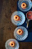 Blutorangen-Joghurt-Minigugelhupfe mit Campari-Glasur