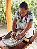 Maya-Frau bereitet Maistortillas zu (San Antonio, Belize)