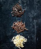Schokoladenspäne von weisser, dunkler und Milchschokolade
