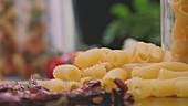 Stillleben mit Nudeln und frischem Gemüse