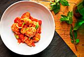 Fleischbällchen mit Tomatensauce zubereiten