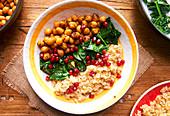 Quinoa mit Spinat, Kichererbsen und Garam Masala zubereiten