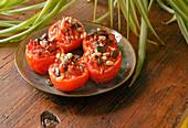Geröstete Tomaten mit Speck und getrockneten Früchten zubereiten