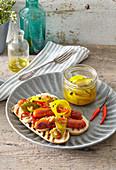 Hot Dog mit eingelegten Zwiebeln
