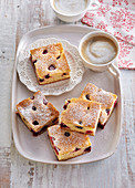 Blechkuchen mit Beeren zum Kaffee
