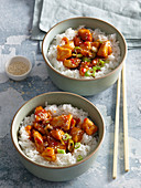 Hühnerbrust mit scharfer Honigsauce auf Reis (Asien)