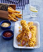 Frittierte Hot Dogs mit Cornflakes-Panade und Pommes