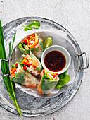 Reispapierröllchen mit Lachs und Gemüse (Vietnam)