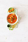 Tomatem-Kokos-Suppe mit Garnelen