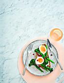 Brokkoli mit Curry und gekochtes Ei auf Toast