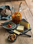 Gemüse-Pickles und Gewürznüsse und Käse