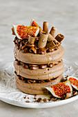 Schokoladenmousse-Baiser-Concord-Kuchen mit Feigen
