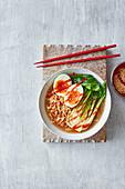 Schnelle Sesam-Ramen-Suppe mit Paksoi und Ei (Asien)