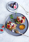A goat's cheese sandwich with figs, honey and rocket