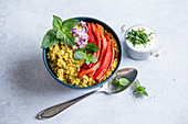 Couscous-Bowl mit Gemüse und Minze