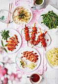 Japanische Gerichte (Hähnchen, Gohan, Schweinefleisch und Salate)