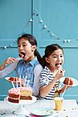 Mädchen essen Geburtstagstorte