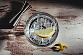 Glas Gin Tonic mit Zitrone und Eiswürfeln