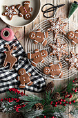 Traditionelle hausgemachte Lebkuchen mit Zuckerguss auf Holztisch zu Weihnachten