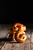 Frisch gebackene traditionelle Safranbrötchen mit Rosinen