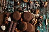 Dunkle Schokoladenkekse mit verschiedenen Nüssen