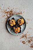 Muffins mit Schokoladenstückchen und Kakaopulver