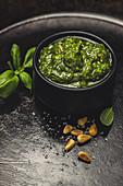 Pesto alla Genovese in schwarzem Schälchen
