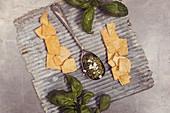 Pesto mit Feta und Cracker