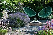 Sitzplatz zum Entspannen im Garten neben Lavendel und Rosen