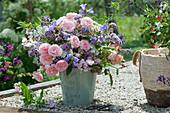 Strauß aus Rosen, Oregano, Glockenblumen, Wicken, Schafgarbe und Mutterkraut
